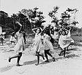 Tropenmuseum Royal Tropical Institute Objectnumber 20007621 Spelende schoolkinderen in Bigiston.jpg