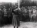 Trotsky con la guardia roja.jpg