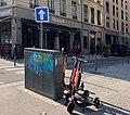 Trottinettes VOI, armoire de rue des feux routiers et panneau à l'intersection des rues Mazenod et Garibaldi (Lyon).jpg