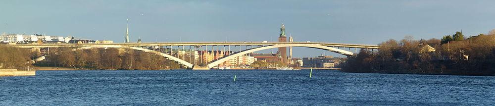 Vestbronze to store spande over Ridderfærden, vy fra Stora Essingen mod ost.   Bag broen ses både Stockholms Stadshus og Kaknästornet, december 2013.