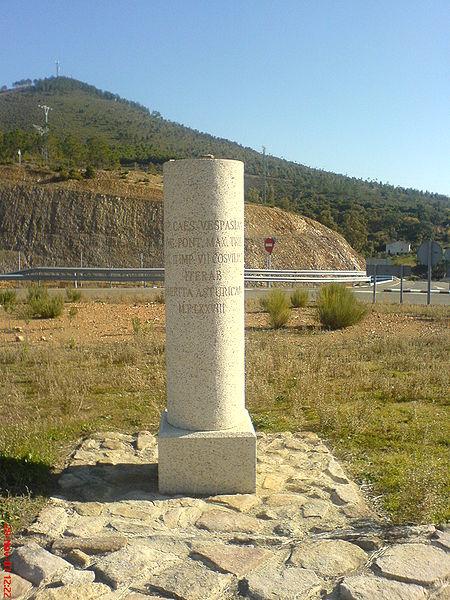 Anverso del hito de granito conmemorativo Vía de la Plata en el Puerto de los Castaños. Cáceres.