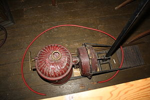 Vacuum cleaner - An early hand-pumped vacuum cleaner