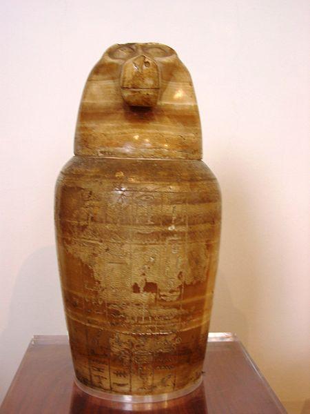File:Vaso canopo con coperchio cinocefalo, XXVI dinastia, calcite.JPG