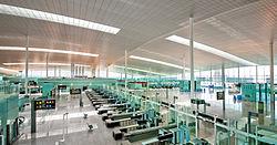 Vestíbulo de salidas y filtros de seguridad de la terminal T1 del aeropuerto de Barcelona..jpg