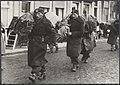 Watersnood 1953. Per schip worden in Zierikzee kleren, dekens en voedsel aangevo, Bestanddeelnr 059-1145.jpg