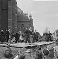 West Friese Folkloredag in Schagen, op het Kerkplein werd gedanst, Bestanddeelnr 916-6106.jpg