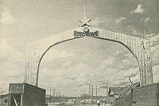 Tor mit Sowjetstern an der Einfahrt in die Stadt 1937