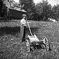 """""""Plužna"""", prirejena v dvokolesni voziček - pri ta Zadnjih, Podkraj 1960.jpg"""