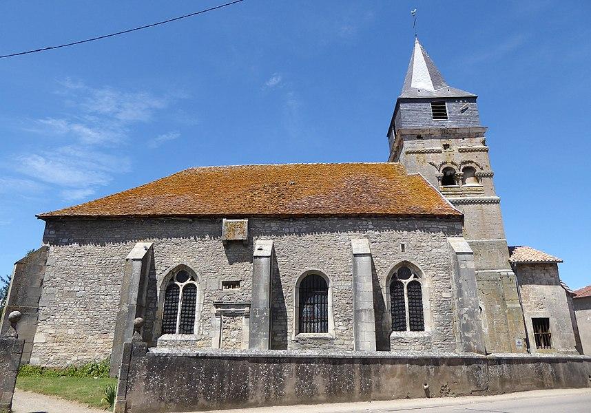 Face sud de l'église Saint-Brice d'Autreville dans le département des Vosges en France.Une bretèche surmonte la porte qui a été comblée ainsi qu'un retable sculpté dans l'épaisseur du mur.