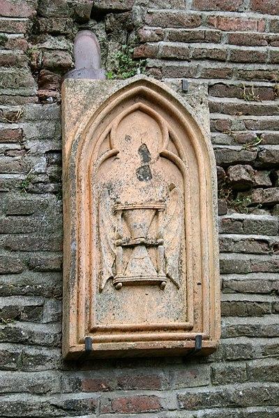 Sculpture exposée sur les murs à l'arrière de l'église Saint-Blaise de Verfeil