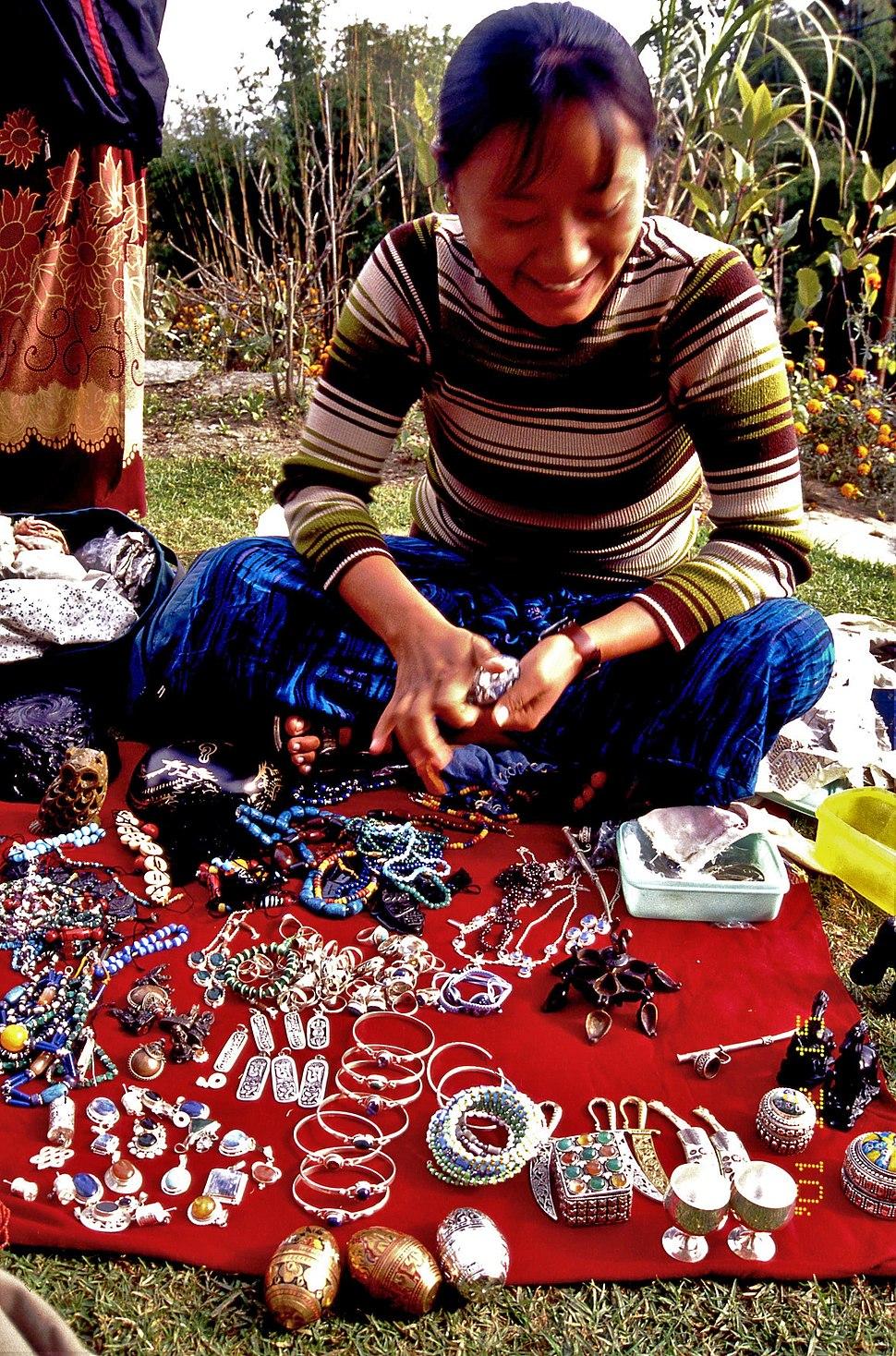 チベット人の物売りnepal・Img188