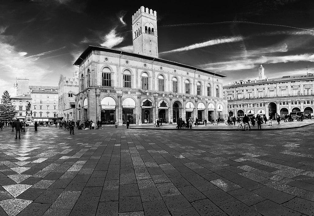 Vue sur la Piazza Maggiore et sur le Palazzo del Podestà à Bologne. Photo de Vanni Lazzari.