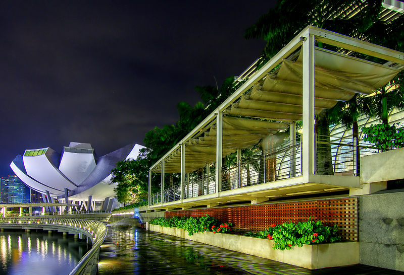 File:Along the boardwalk at Marina Bay (8191621231).jpg