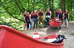 Am Hannah-Ahrendt-Weg am Friederikenplatz in Hannover ging diese fröhliche Gruppe an Land, um ihre Kanuwanderung auf der Leine nahe dem Beginenturm fortzusetzen.jpg