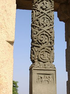 An old stone scupture at saravana belgola.jpg