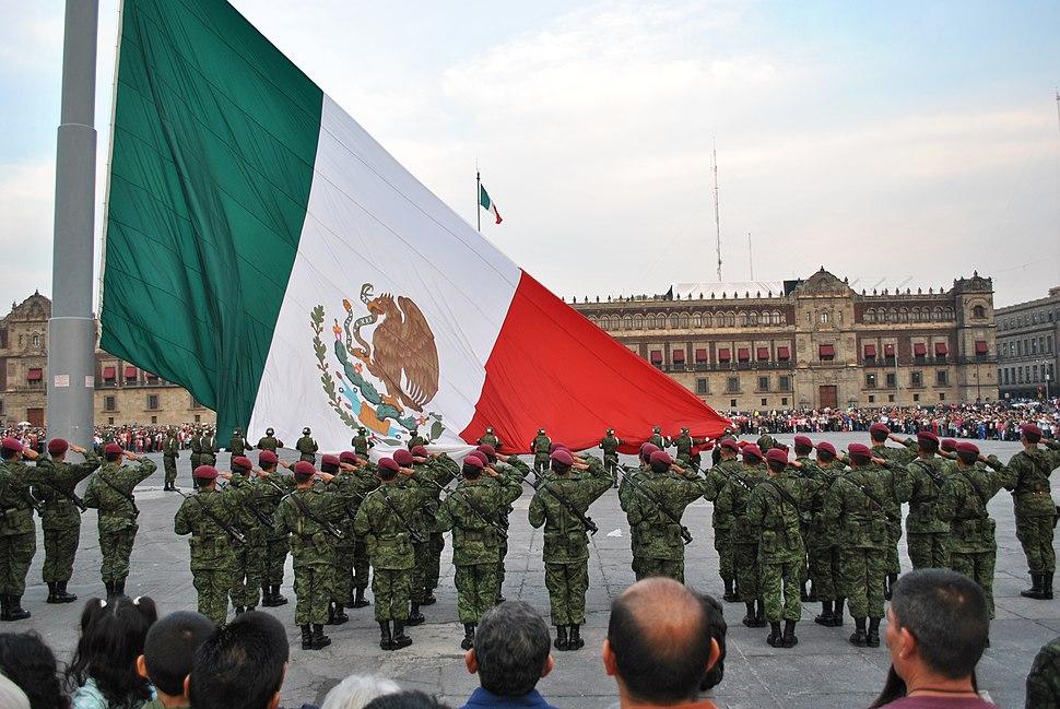Arriaje de bandera Plaza de la Constitución (México)