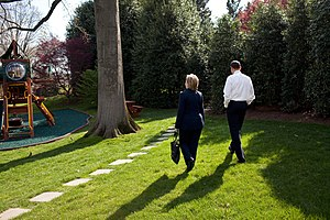 English: President Barack Obama walks with Sec...