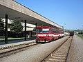 Bardejov, nádraží, vlak s vozem 812.020.jpg