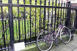 English: Bicycle at Inner Temple The sign says...
