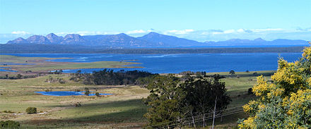 Moulting Lagoon and Great Oyster Bay with the Freycinet Peninsula in the distance Blick ueber Great Oyster Bay zur Freycinet Peninsula.jpg