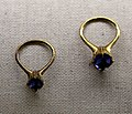 Bottega veneziana, due anelli con zaffiro, 1325-50 ca, da via trezza a vr.jpg