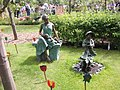 Bronzeplastik bei den Kleingärtnern - panoramio.jpg