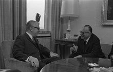 Bonn, 1971. Rumor (a destra) a colloquio con il politico tedesco Kai Uwe von Hassel[40]