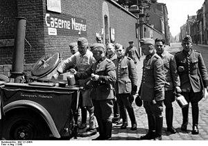 Schutzpolizei (Nazi Germany) - Schutzpolizei in France 1940; eating.