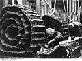 Bundesarchiv Bild 146-1975-044-14, Fertigung von Panzerketten für Panzer V.jpg