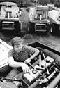 Bundesarchiv Bild 183-1982-0803-007, Rothenstein, Wartungsarbeit an einem Mähdrescher.jpg