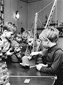Bundesarchiv Bild 183-K0330-0022-001, Kitzscher, Spielen im Kindergarten.jpg