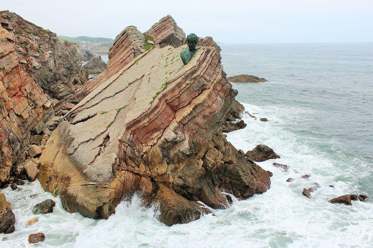 Busto de Phillipe Cousteau en La Peñona. Playa de Salinas. Asturias. 04.jpg