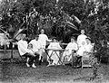COLLECTIE TROPENMUSEUM Portret van families in de tuin TMnr 10024014.jpg