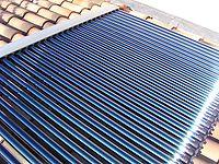 Collettore termico solare sul tetto di un'abitazione per il riscaldamento dell'acqua.
