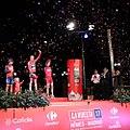 Carmena entrega el trofeo al vencedor de la etapa final de la Vuelta Ciclista (01).jpg