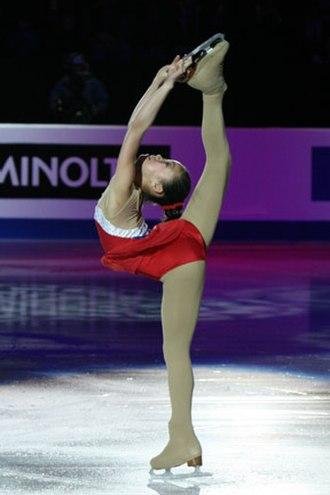Caroline Zhang - Zhang performs a hyper-extended Biellmann spin