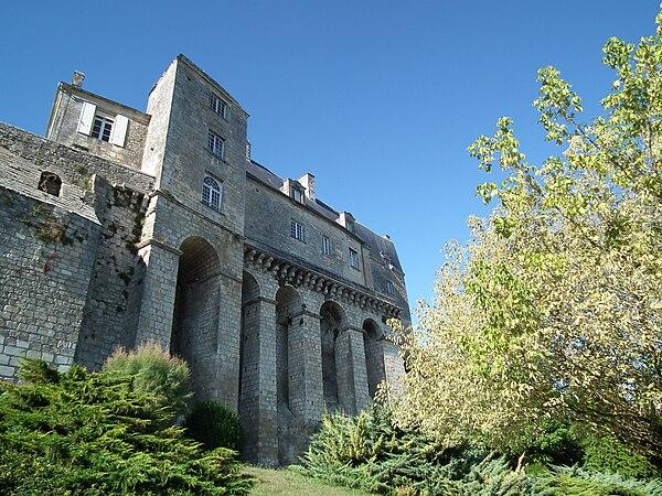 Le château des Sires de Pons (XVIIe)abrite l'hôtel de ville.