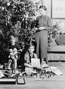 Christmas, trumpet, bicycle, toy soldier, toy, family, kid, present, interior, christmas tree, tableau, woman Fortepan 28229