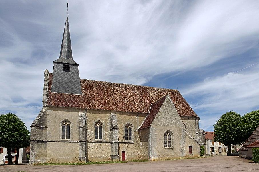 """Ciez (Nièvre).  Eglise Saint-Martin (XVe et XVIe siècles).   La paroisse de Ciez fut érigée en 1080, sous le roi des Francs Philippe 1er (1060–1108) (Philippe Ier, roi capétien, est un des rares roi dont le tombeau ne se trouve pas dans la basilique Saint-Denis, mais dans l'abbaye de Fleury à Saint-Benoît-sur-Loire).   Guillaume de Toucy*, évêque d'Auxerre (1167 – 1181), donna l'église à l'Abbaye de Saint Laurent. Ciez devient ainsi un prieuré-cure* faisant partie du diocèse d'Auxerre.  Ce prieuré-cure était de l'ordre de Saint Augustin et fut organisé en Prieuré de l'an 1578. Le prieur habitait le presbytère actuel et un couvent d'homme était situé dans un ensemble de bâtiment placés longitudinalement au côté nord de l'église.  Le premier prêtre dont on retrouve le nom sur les registres est Mr Marendier. Presque tous les ecclésiastiques qui remplirent le ministère à Ciez, signent comme prieurs et curés de Boisjardin.  Jusqu'en 1860, le cimetière entourait l'église.  L'église est construite en forme de croix latine. Elle comprend une nef de quatre travées flanquées de deux chapelles et d'un chevet à pans coupés.   L'abside est hexagonale et est éclairée par des fenêtres gothiques datées des XVe et XVIe siècles.   La porte d'entrée carrée, est sous une archivolte gothique. Les montants sont prolongés en pinacle.  Dans le tympan, les lettres I.N.R.I sont encore lisibles.   Sur la base du dormant externe d'une fenêtre du chevet, un haut relief représentant """"Saint-Georges terrassant le dragon"""", probablement du XVIème siècle.     Guillaume de Toucy fut sacré évêque d'Auxerre, le 2 juillet 1167 . Il avait d'abord été archidiacre, puis prévôt de l'église de Sens. Il était frère de Hugues de Toucy, archevêque de cette ville, et fils de Girard de Narbonne, baron de Toucy. Il fit le voyage de Rome en 1179, pour le concile de Latran. Il assista aussi au sacre de Philippe-Auguste à Reims.  Le prieuré-cure dépendait d'un ordre monastique tout en ayant charge d'âmes.  www.ciez.fr"""