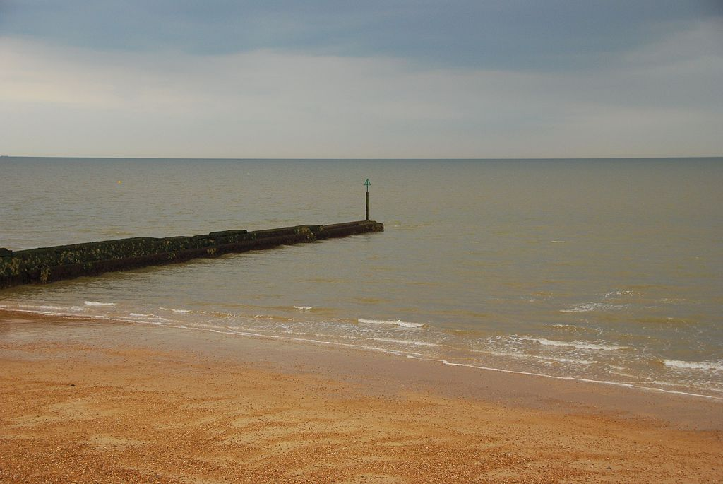 Clacton on Sea United Kingdom  City pictures : English: Beach and embankment, Clacton on Sea , United Kingdom