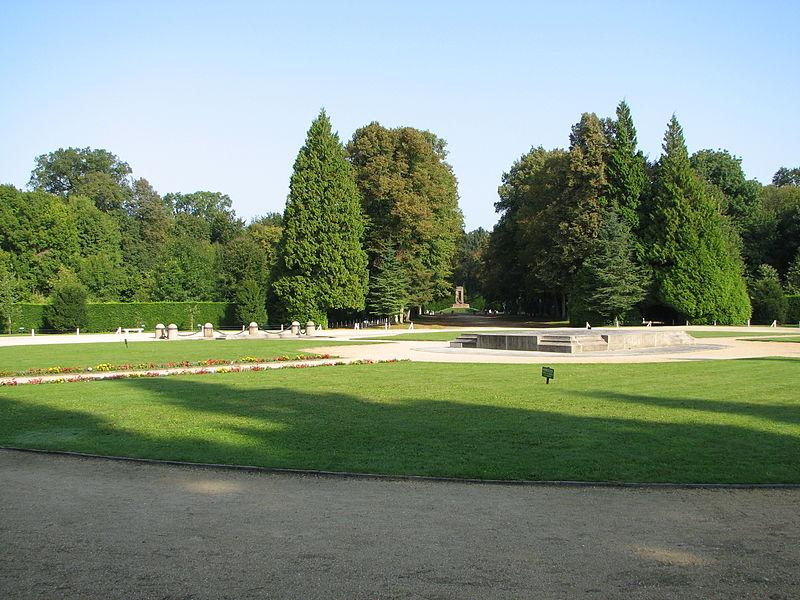 Clairière de l'Armistice (dite aussi Clairière de Rethondes) dans la forêt de Compiègne (Oise). Au milieu la dalle monumentale, à gauche l'emplacement où se trouvait le wagon-salon du maréchal Foch, ou furent signés les deux armistices. Au fond, l'allée qui mène à la route et au monument des Alsaciens-Lorrains.