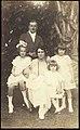Collectie Nationaal Museum van Wereldculturen TM-60062300 Groepsportret van onbekende familie, een echtpaar met vier kinderen Jamaica Cleary & Elliott (Fotostudio).jpg