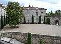 Cour du chateau de Cazeneuve Gironde 2087.jpg