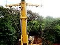 Cristo Salvador de Sertãozinho, em construção. Gigantesco Guindaste com capacidade de 500 toneladas utilizado para o içamento da estátua. A estátua do Cristo Redentor pesa 40 toneladas. Ao fundo, a ú - panoramio.jpg
