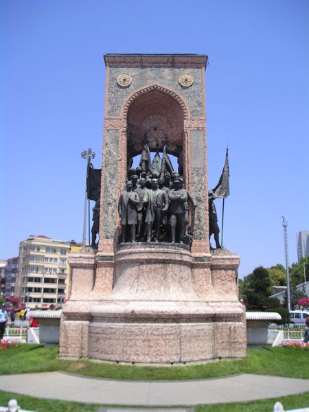 https://upload.wikimedia.org/wikipedia/commons/thumb/d/d2/Cumhuriyet_Aniti.JPG/450px-Cumhuriyet_Aniti.JPG