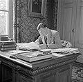 De secretaris van prins Bernhard achter zijn bureau, Bestanddeelnr 255-7842.jpg