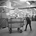 Drukte in de pakketpostafdeling te Amsterdam, paketten op transportband, Bestanddeelnr 917-1868.jpg