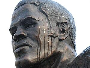 Earl Campbell - Statue of Campbell at Royal-Memorial Stadium