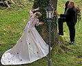 Ehe - Romantisches Brautpaar posiert für den Fotografen.jpg
