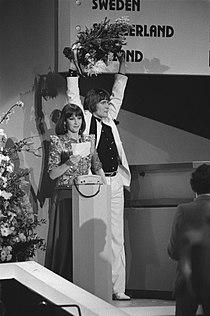 Eurovisie Songfestival 1980 (Den Haag) winnaar Johnny Logan en Marlous Fluitsma, Bestanddeelnr 930-7806.jpg